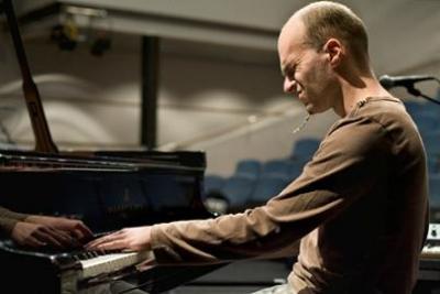 El pianista finlandés Kari Ikonen actúa en Jimmy Glass con su cuarteto