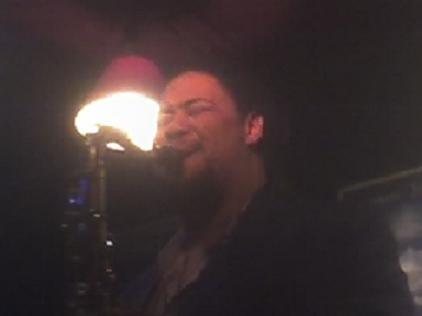 El saxofonista tenor Dayna Stephens actúa en Jimmy Glass