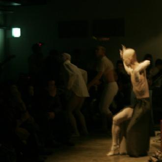 Performance de la compañía de danza butoh Shizuku en el Centre Cultural Octubre de Valencia